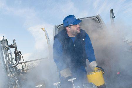 Öczan Demir füllt den Sauerstofftank seines Fahrzeuges bei HEROSE auf