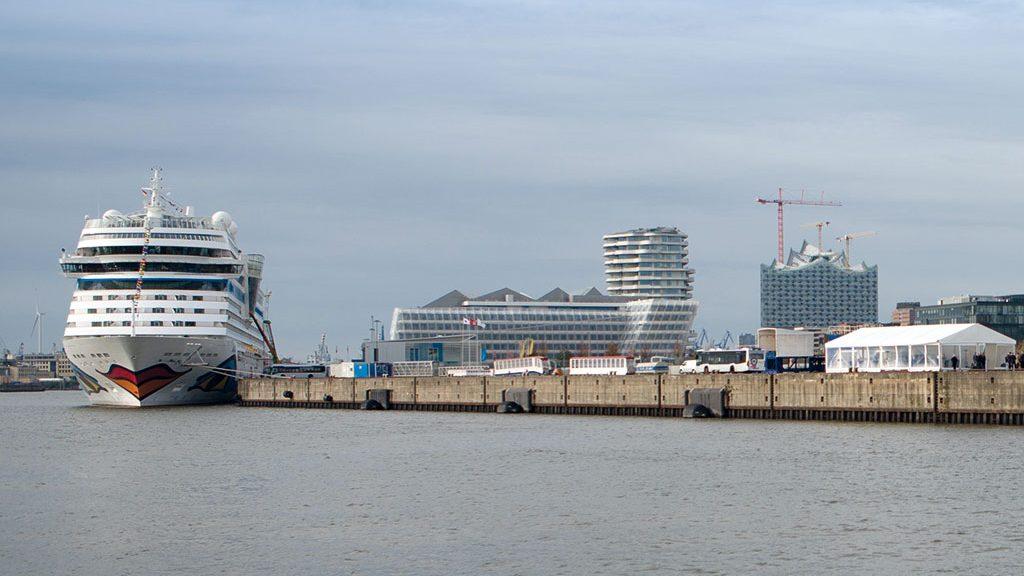 Die AIDAsol und die LNG-Barge in der Hamburger Hafencity