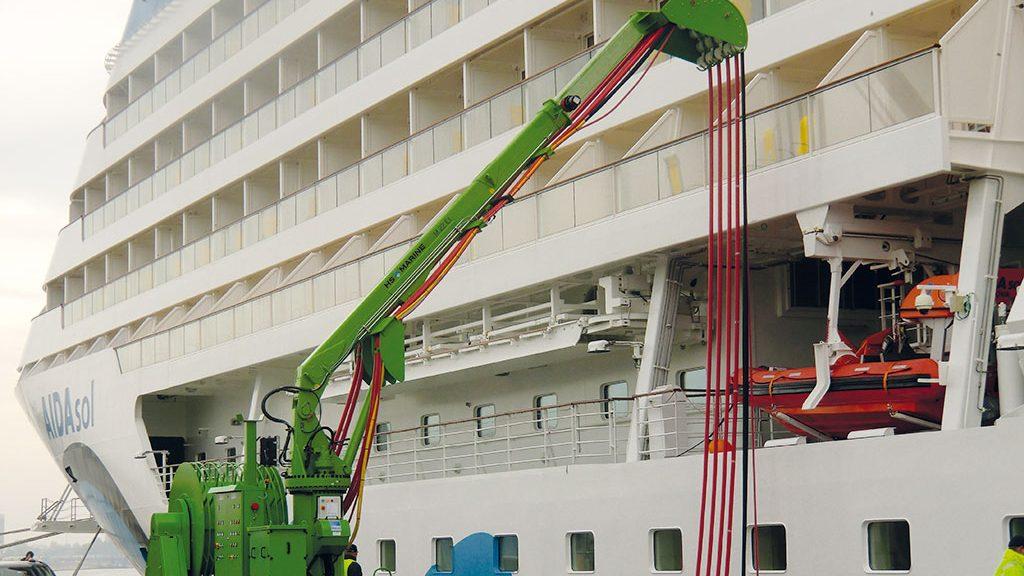 Wegen des Tidenhubs im Hamburger Hafen wurde ein Kran konstruiert, der die Kabel je nach Wasserhöhe führt