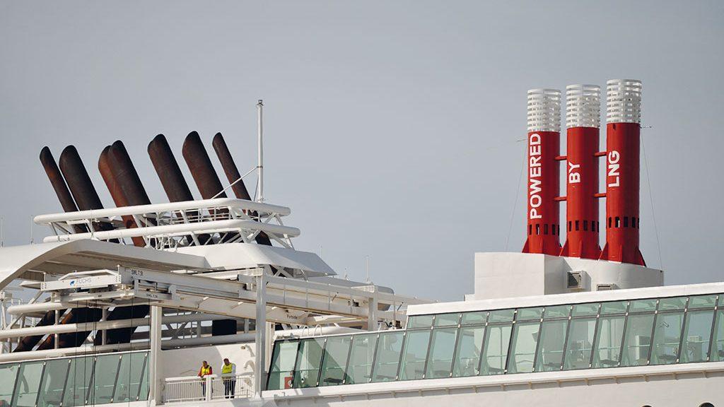 MS Stavangerfjord, die Schornsteine und die Notentlüftung für die LNG-Tanks