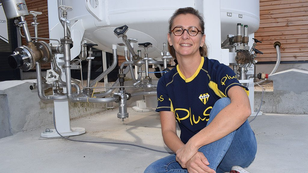 Sophie Goguillot in front of the nitrogen tank with  HEROSE valves